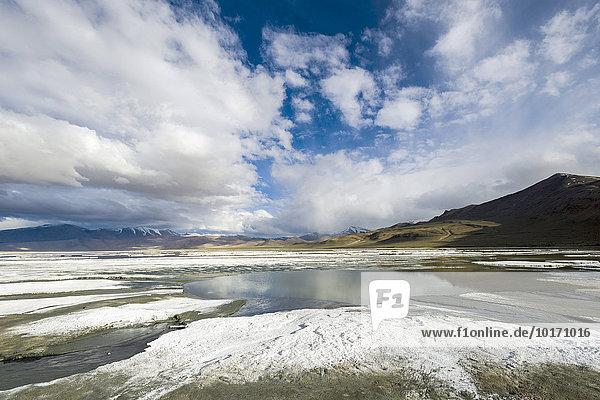 Salzschichten  karge Landschaft  blauer Himmel und dunkle Wolken am Tso Kar  Weißer See  ein stark schwankender Salzsee  4530 m  Changtang Region  Thukje  Jammu und Kaschmir  Indien  Asien