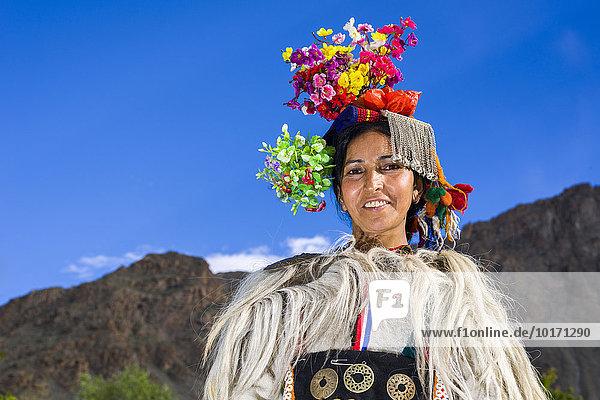 Frau des Brokpa-Stammes in traditioneller Kleidung mit typischem Blumen-Kopfschmuck  Dah Hanu  Jammu und Kaschmir  Indien  Asien