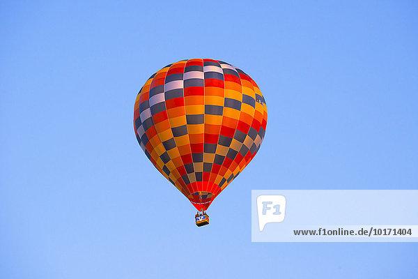 Bunter Heißluftballon vor blauem Himmel  Sachsen  Deutschland  Europa