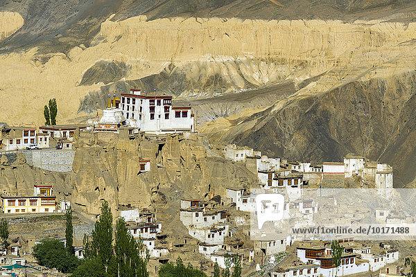 Lamayuru-Kloster  Lamayuru Gompa  ein sehr altes Kloster in karger Landschaft  Lamayuru  Jammu und Kaschmir  Indien  Asien