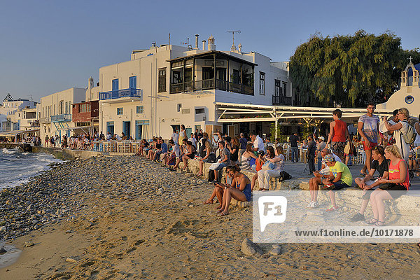 Touristen beobachten den Sonnenuntergang in Klein-Venedig  Chora oder Mykonos-Stadt  Mykonos  Kykladen  Griechenland  Europa