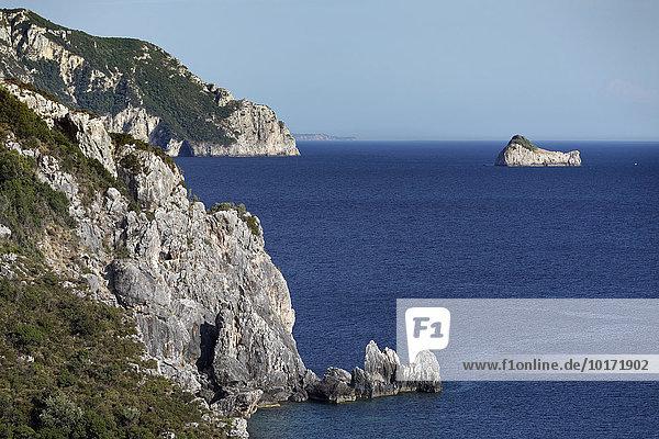 Steilküste vor Paleokastrista mit Odysseus Felsen oder versteinertes Schiff des Odysseus  Insel Korfu  Ionische Inseln  Griechenland  Europa