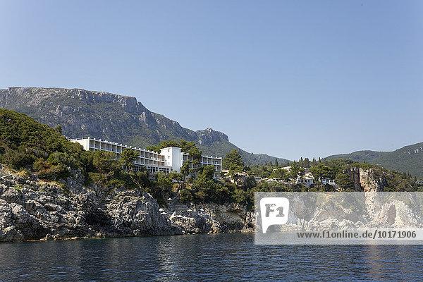Steilküste mit Akrotiri Beach Hotel  Paleokastrista  Insel Korfu  Ionische Inseln  Griechenland  Europa