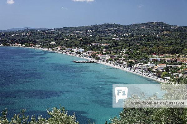 Ypso Bucht und Strand mit Ort Kato Agios Markos  Insel Korfu  Ionische Inseln  Griechenland  Europa
