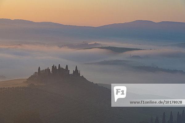 Podere Belvedere Bauernhaus  Blick auf das Orcia-Tal  Sonnenaufgang im Nebel  Toskana  Italien  Europa