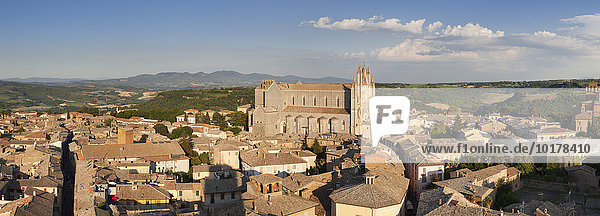 Ausblick über die Altstadt mit Santa Maria Dom  Orvieto  Umbrien  Italien  Europa