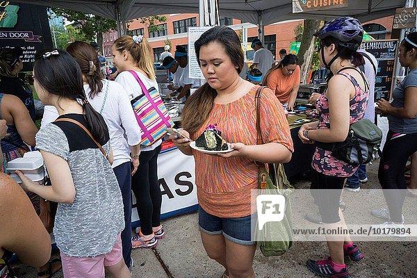 Planung Lebensmittel fahren Großstadt verkaufen Lastkraftwagen essen essend isst Gericht Mahlzeit Verkäufer Ethnisches Erscheinungsbild Köchin hawaiianisch neu