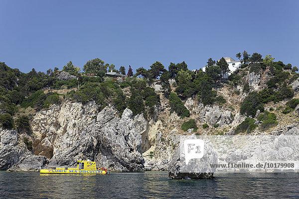 Steilküste mit Glasbodenboot  oben Kloster Panagia Theotókos tis Paleokastritsas auf Felsen  Paleokastrista  Insel Korfu  Ionische Inseln  Griechenland  Europa