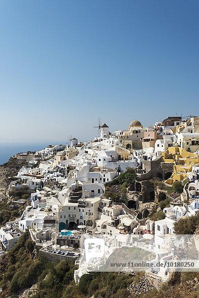 Häuser  Villen und Windmühle von Oia  Santorin  Griechenland  Europa