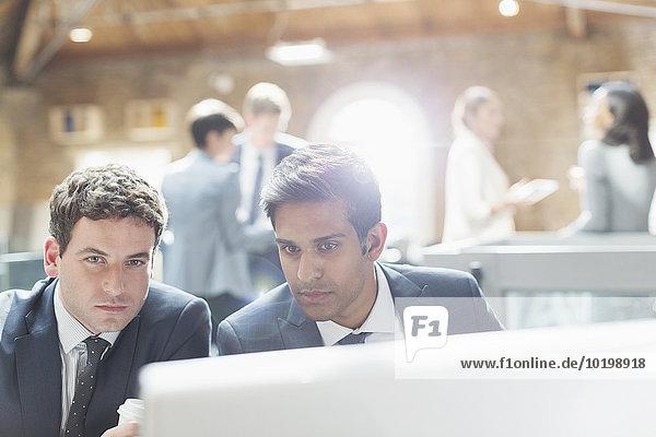 Seriöse Geschäftsleute mit Computer im Büro