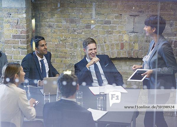 Geschäftsfrau leitet Meeting im Konferenzraum