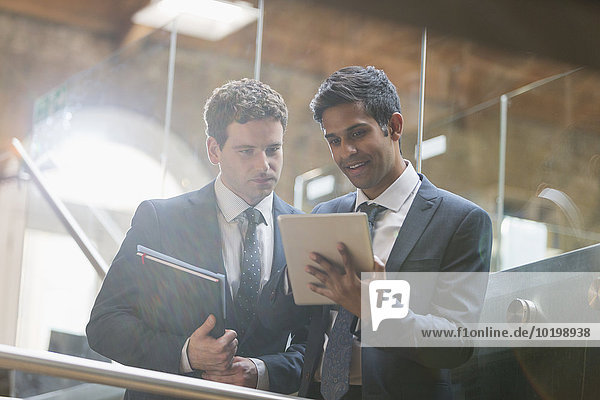 Geschäftsleute mit digitalem Tablett im Büro