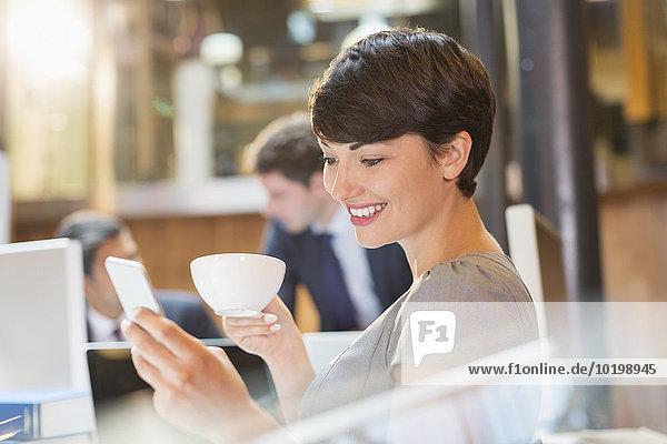Handy,Geschäftsfrau,Kurznachricht,Büro,trinken,Kaffee