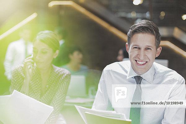 Portrait,Geschäftsmann,lächeln,Büro
