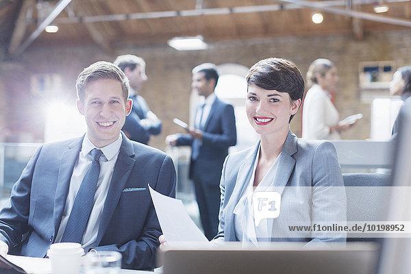 Portrait lächelnde Geschäftsleute im Büro