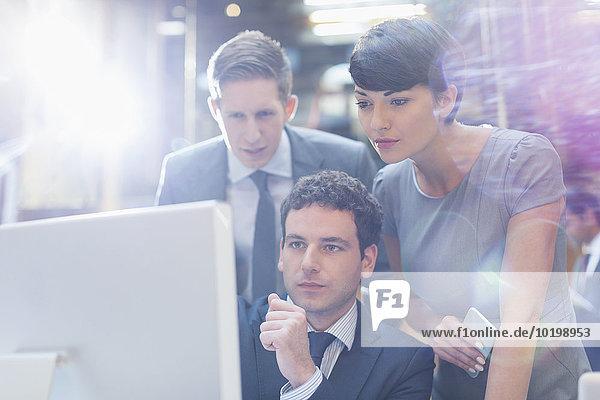 Fokussierte Geschäftsleute, die am Computer im Büro arbeiten