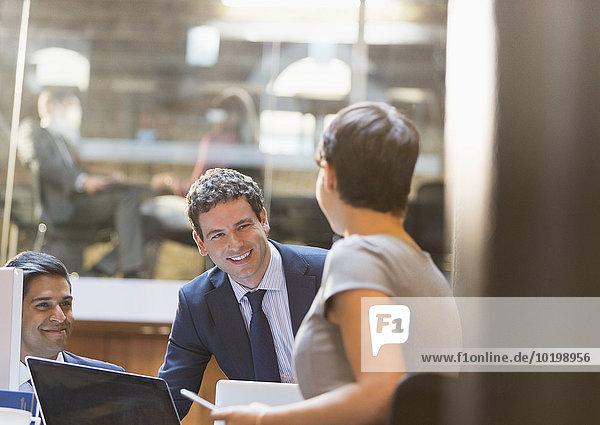 Lächelnde Geschäftsleute im Büro