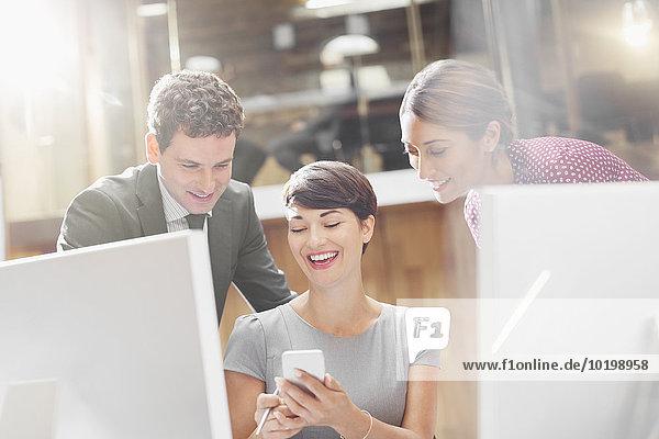 Geschäftsleute SMS mit Handy im Büro