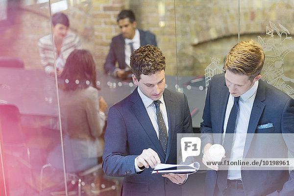 Außenaufnahme,Diskussion,Geschäftsmann,Geschäftsbesprechung,Zimmer,Besuch,Treffen,trifft,Konferenz,Schreibarbeit
