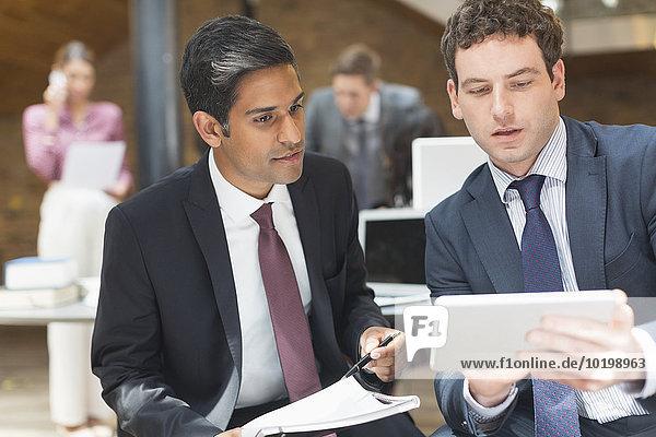 Geschäftsmann,arbeiten,Büro,Tablet PC