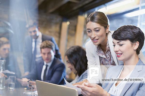 Geschäftsfrau,Geschäftsbesprechung,Zimmer,arbeiten,Besuch,Treffen,trifft,Tablet PC,Konferenz