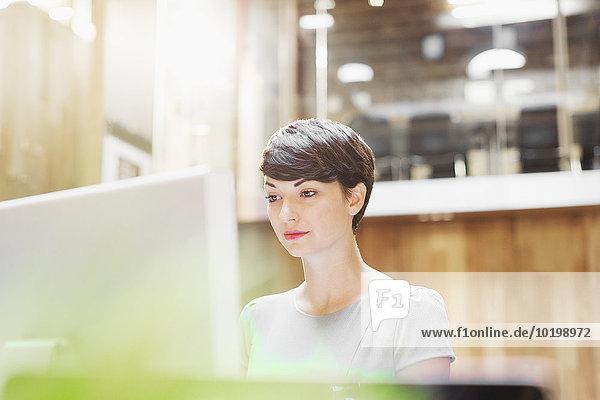 Geschäftsfrau  die am Computer im Büro arbeitet