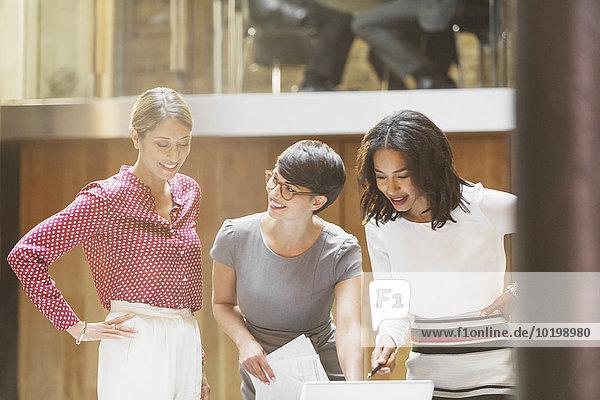 Unternehmerinnen  die im Büro arbeiten
