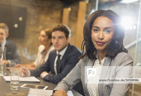 Porträt einer selbstbewussten Geschäftsfrau im Konferenzsaal