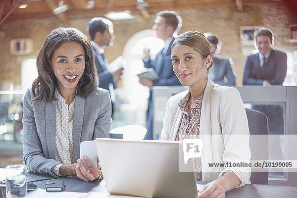 Portrait,Geschäftsfrau,Notebook,arbeiten,Büro,Hoffnung