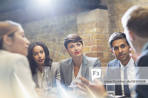 Geschäftsleute sprechen im Konferenzraum Meeting