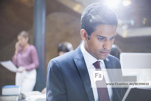 Fokussierter Geschäftsmann arbeitet am Laptop im Büro