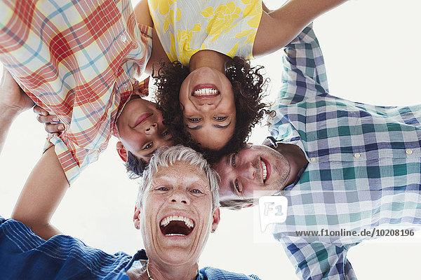 Portrait lächelnde Mehrgenerationen-Familie im Haufen