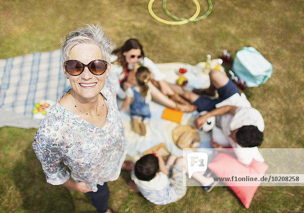 Portrait lächelnde Seniorin mit Familie beim Picknick