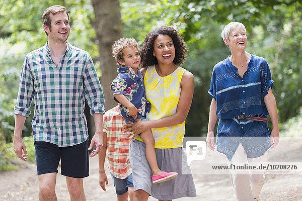 Mehrgenerationen-Familienwandern im Wald