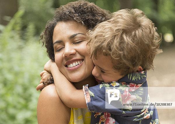 Nahaufnahme der liebevollen Mutter und des Sohnes mit geschlossenen Augen