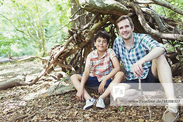 Portrait lächelnder Vater und Sohn im Wald