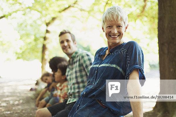 Portrait lächelnde Mehrgenerationen-Familie im Wald