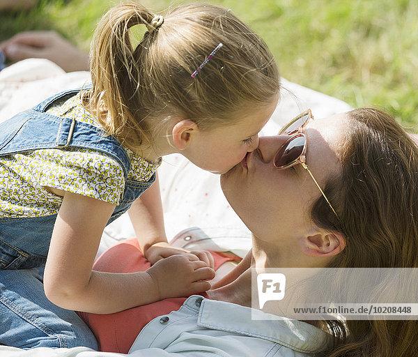 Nahaufnahme von Mutter und Tochter beim Küssen