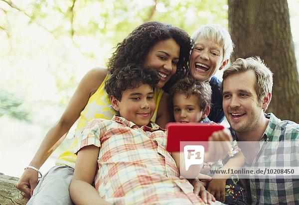 Mehrgenerationen-Familie  die Selfie mit Fotohandy in den Wäldern nimmt