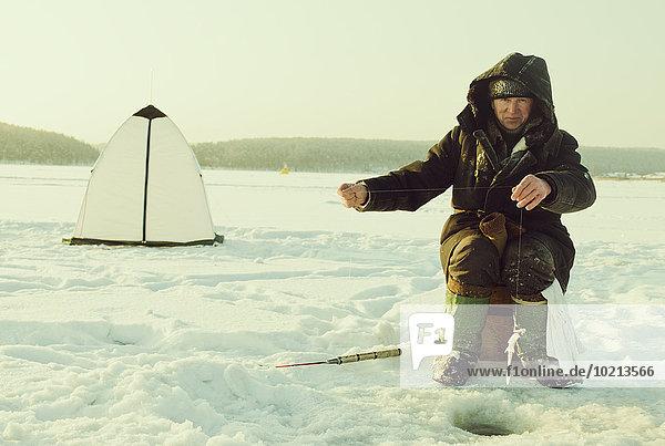 Europäer Mann See Eis angeln