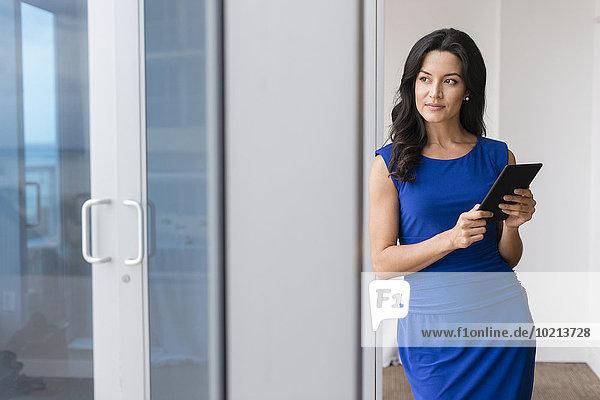 benutzen Geschäftsfrau Hispanier Büro Tablet PC