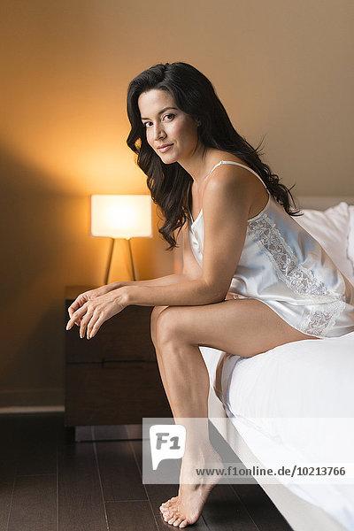 Frau Hispanier Bett Nachthemd Kleidung
