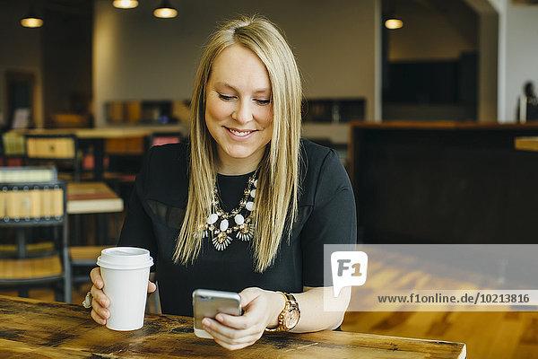 Handy benutzen Europäer Geschäftsfrau Cafe
