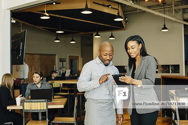 benutzen Geschäftsfrau Cafe Tablet PC Kellner