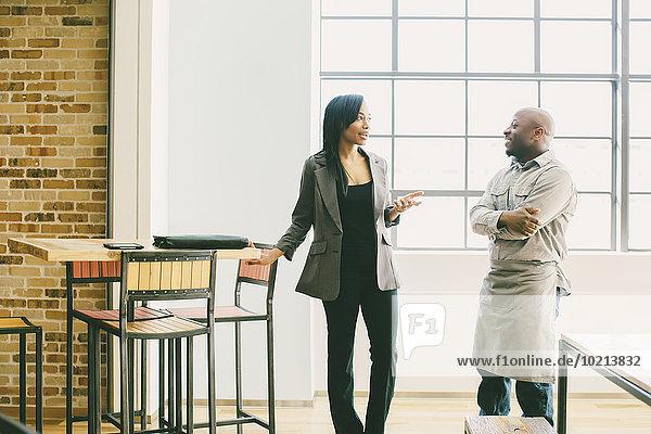 Geschäftsfrau sprechen Cafe schwarz Kellner