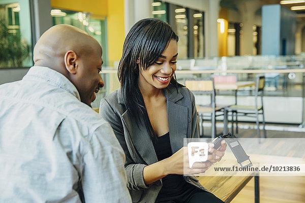 Handy benutzen Mensch Menschen Cafe schwarz Business