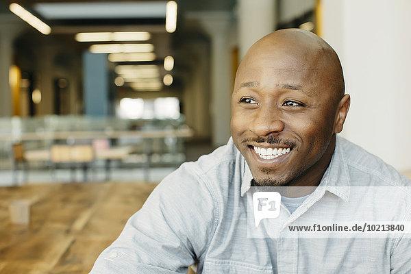 Mann lächeln Cafe schwarz