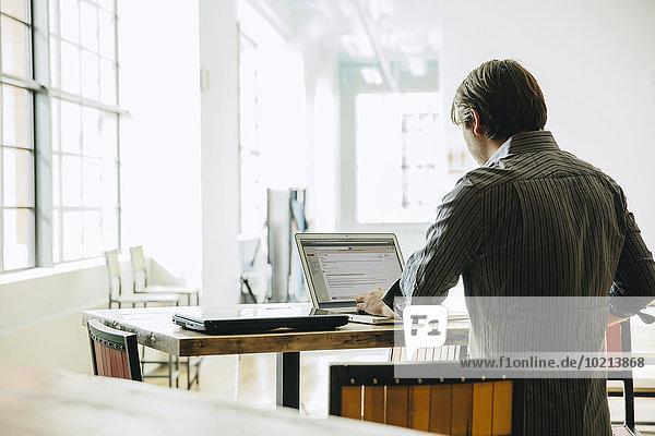 benutzen Europäer Notebook Geschäftsmann Büro