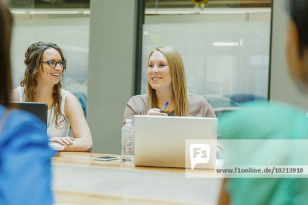 Geschäftsfrau sprechen Büro Besuch Treffen trifft