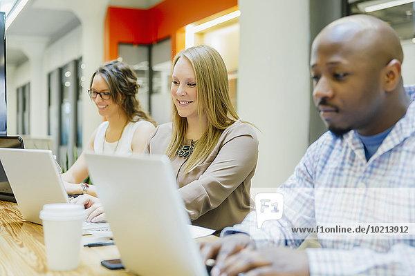 Mensch Notebook Büro Menschen arbeiten Geschäftsbesprechung Besuch Treffen trifft Business